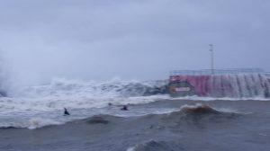 Il vento soffia a più di 100 chilometri orari. onde oltre i sei
